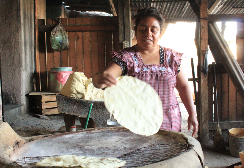 Mujeres de Oaxaca festejan  su día trabajando