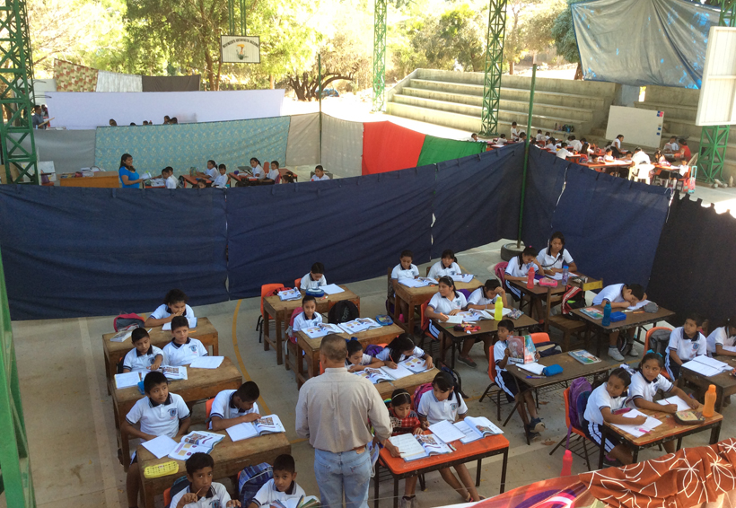 Reciben clases  bajo inclemencias en Pinotepa Nacional, Oaxaca