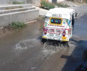 Se desbordan aguas  negras en Juchitán, Oaxaca