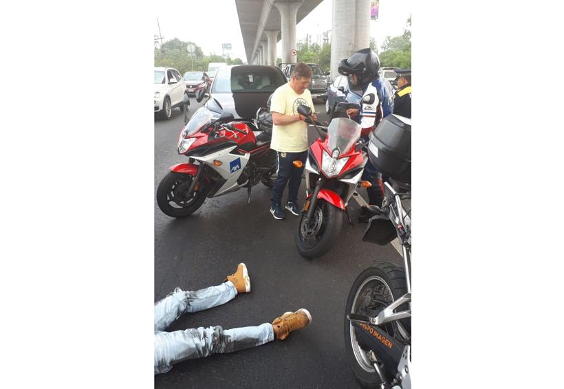 Piojo Herrera sufre percance vial y le echa la mano a motocilcista