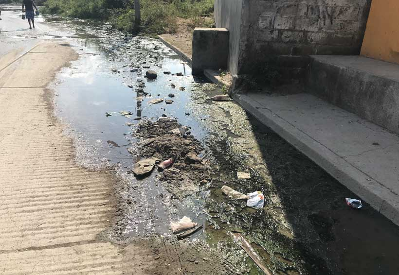 Aguas negras mantiene  en jaque a juchitecos