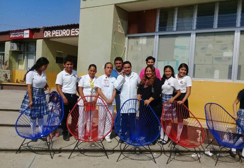 Alumnos de Pinotepa Nacional donan un lote  de sillas para pacientes del hospital regional
