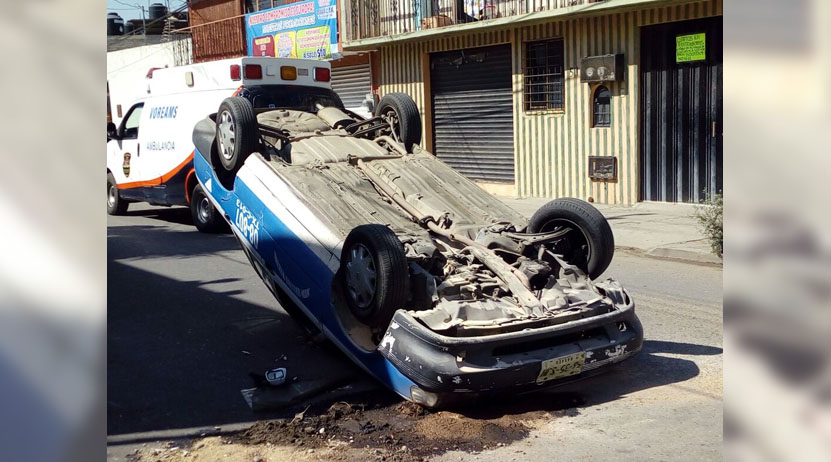 Vuelca taxi en colonia Gómez Sandoval, Oaxaca | El Imparcial de Oaxaca