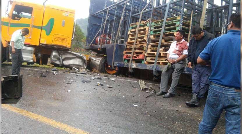 ¡Encontronazo entre patrulla y tráiler en Putla! | El Imparcial de Oaxaca