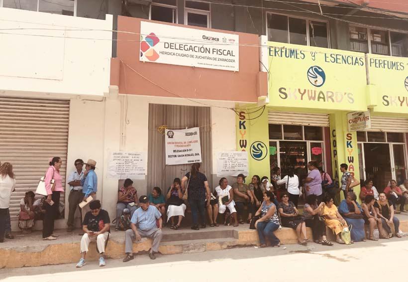 Jubilados toman las  oficinas de la delegación  fiscal en Juchitán, Oaxaca