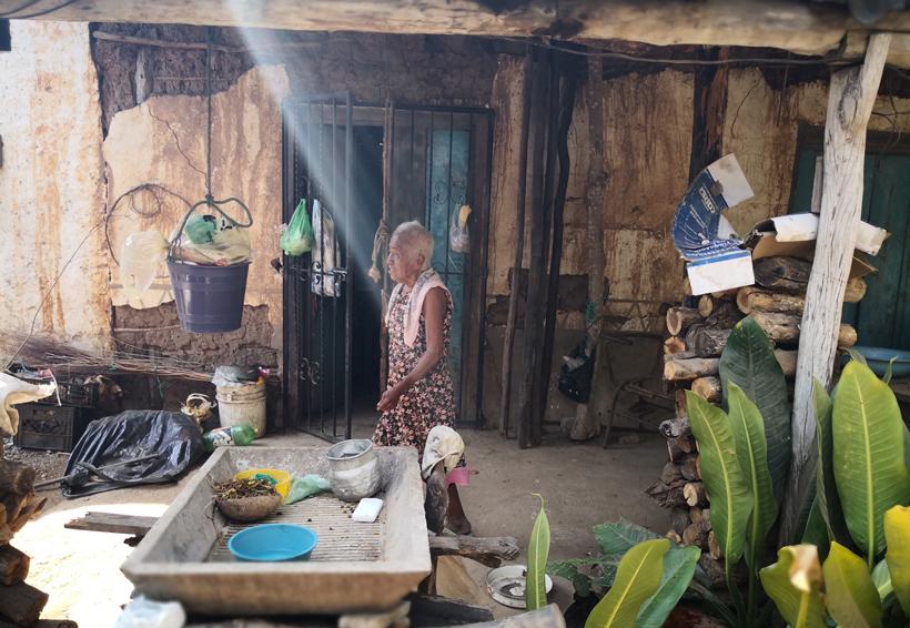 Mujer de la tercera edad de Pochutla pide indemnización a la CFE