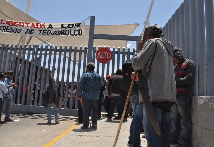 Video: Pobladores de Teojomulco exigen con violencia liberación de encarcelados