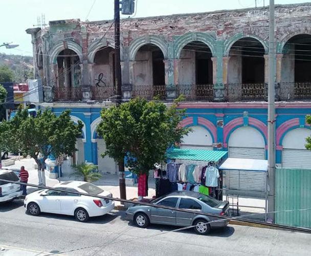 Edificio al borde del colapso en el centro de Salina Cruz, Oaxaca