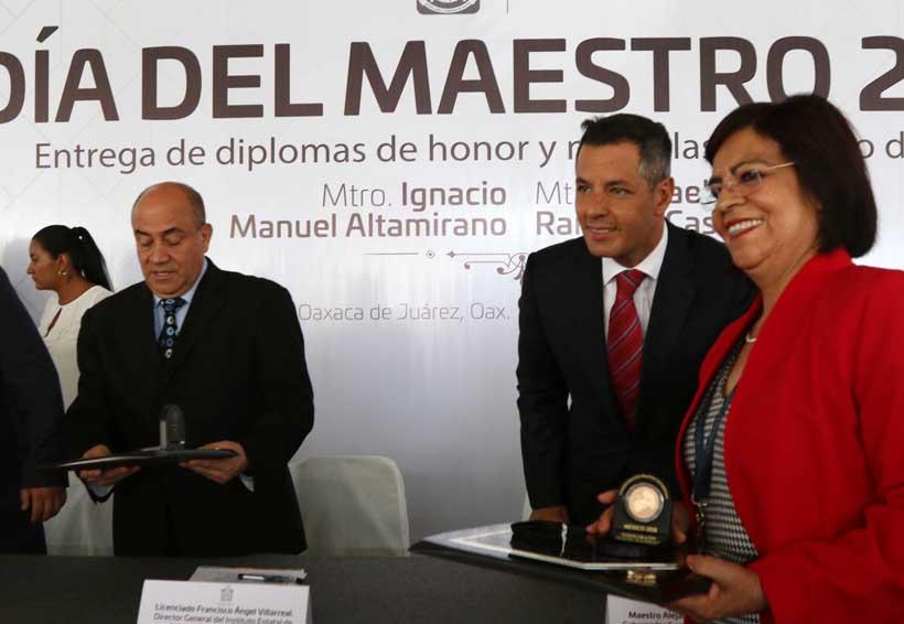 Entregan reconocimientos y medallas al mérito docente en Oaxaca | El Imparcial de Oaxaca