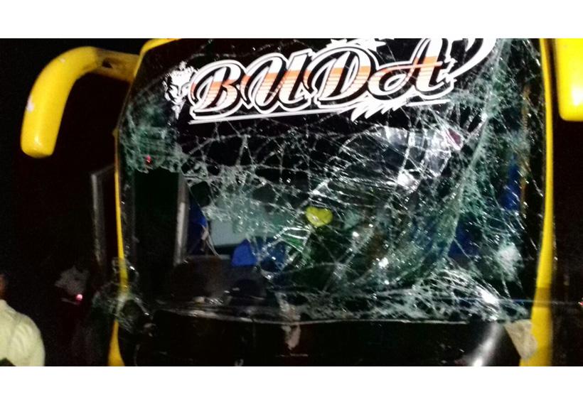 Choque entre tráiler y autobús en carretera Pinotepa-Salina Cruz, Oaxaca | El Imparcial de Oaxaca