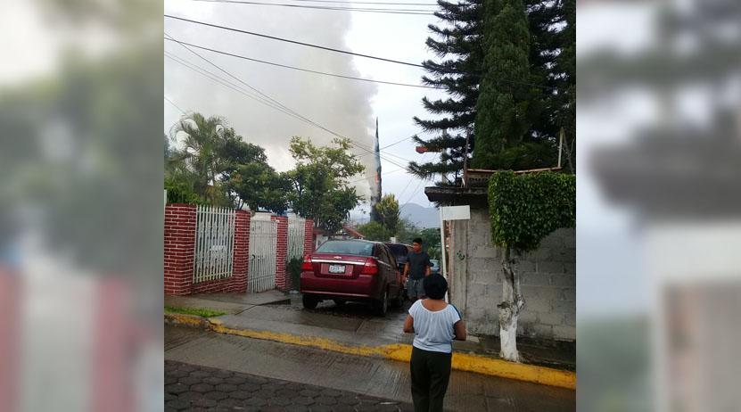 Cae rayo e incendia pino en el fraccionamiento Fovissste en  Oaxaca | El Imparcial de Oaxaca