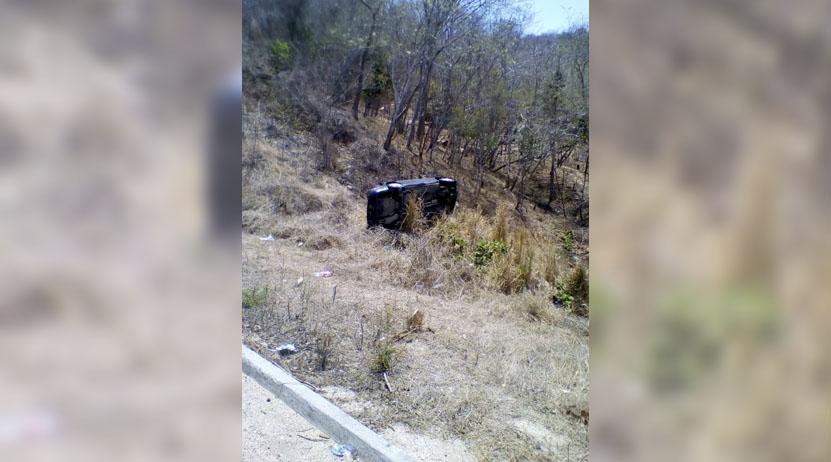 Vuelcan en inmediaciones de Huatulco; dos lesionados | El Imparcial de Oaxaca