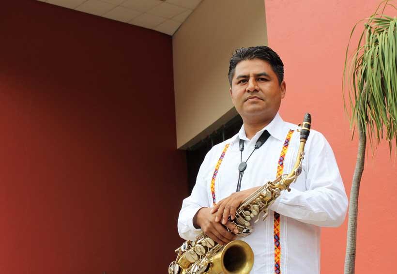 Filomeno Ortiz muestra  las virtudes del saxofón