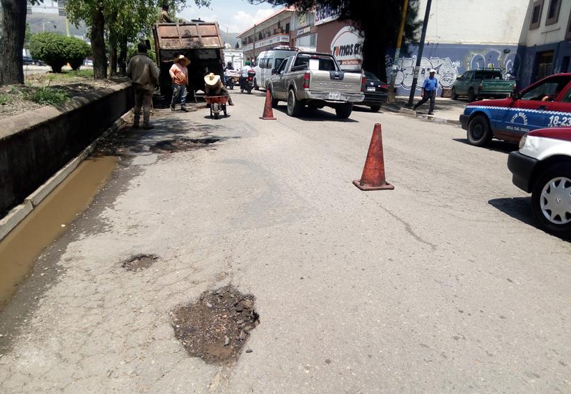 Vecinos denuncian  grandes baches  sobre el  Periférico de Oaxaca