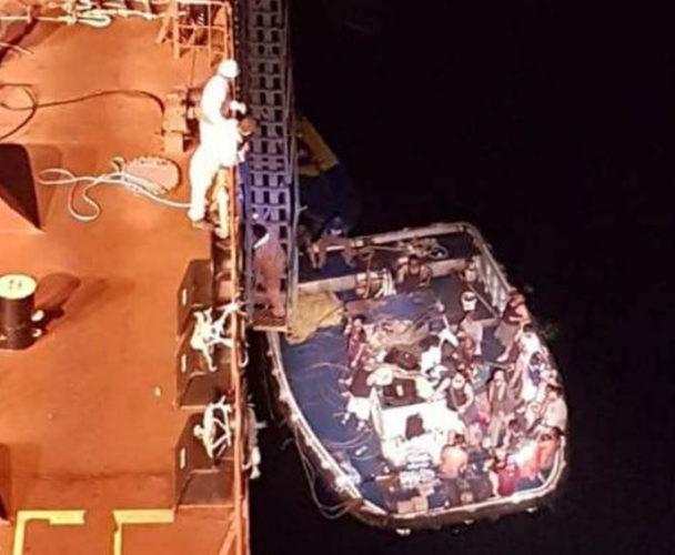 Rescatan a tripulación de barco pesquero incendiado en la Costa de Oaxaca
