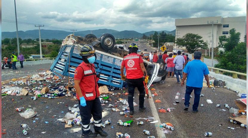 Vuelca familia en carretera federal 131, frente a Ciudad Judicial | El Imparcial de Oaxaca