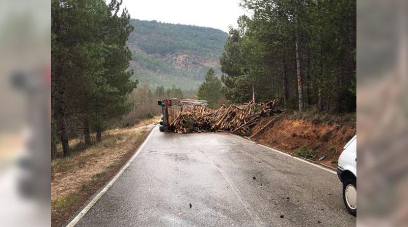 Vuelca camión cargado de madera en Miahuatlán: un lesionado | El Imparcial de Oaxaca