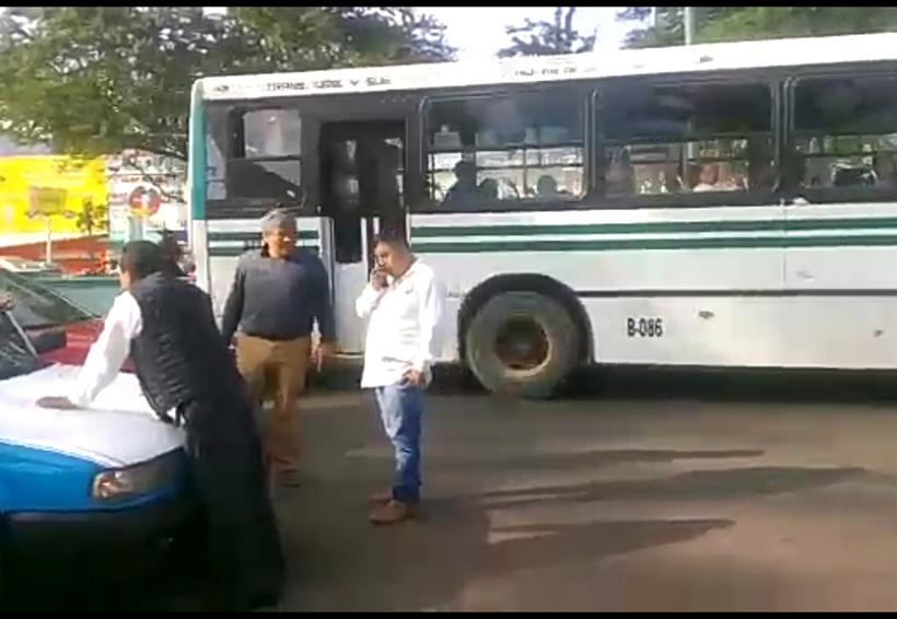 Taxistas montoneros atacan a visitador de la DDHPO en Santa Lucía del Camino