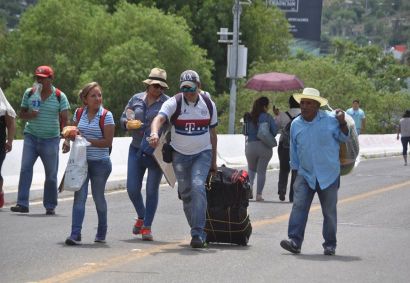 Nuevamente acordona Sección 22 aeropuerto y ADO | El Imparcial de Oaxaca