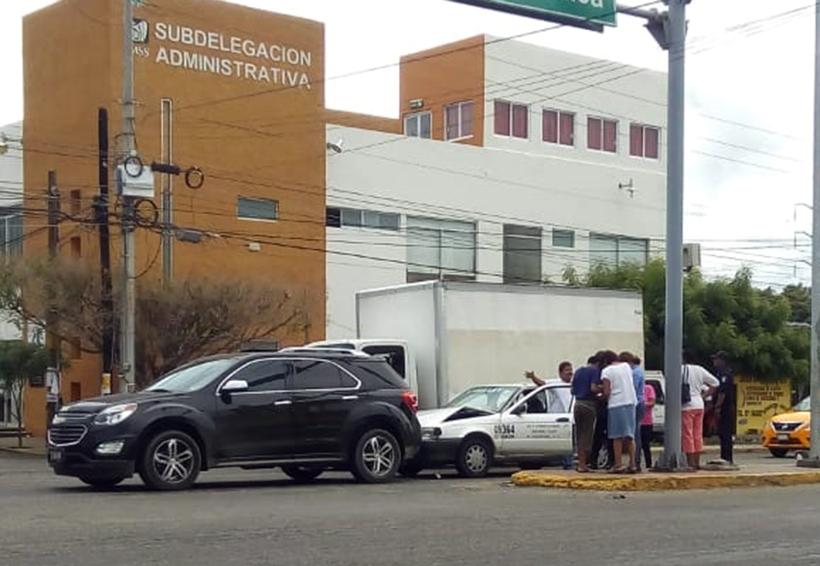 Choque por alcance deja daños materiales | El Imparcial de Oaxaca