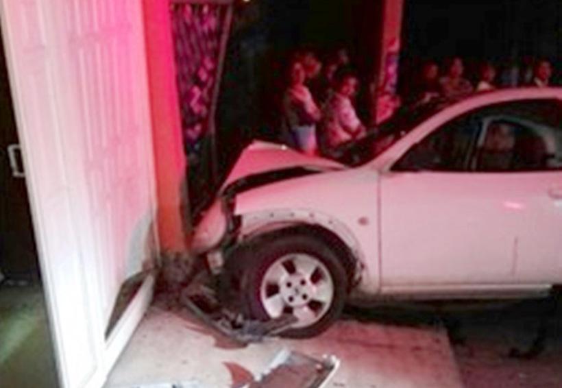 Impacta automóvil contra una vivienda en Huajuapan | El Imparcial de Oaxaca
