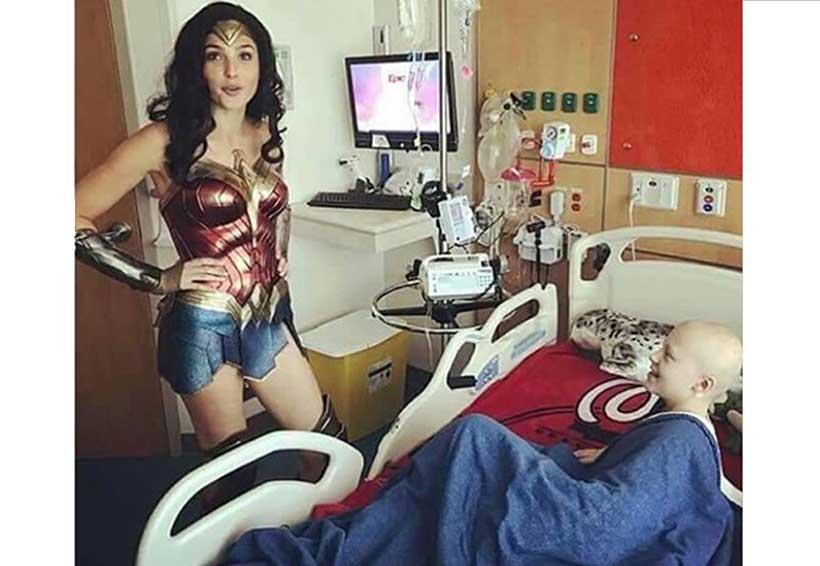 """La """"Mujer Maravilla"""" visita a niños en hospital de EU"""