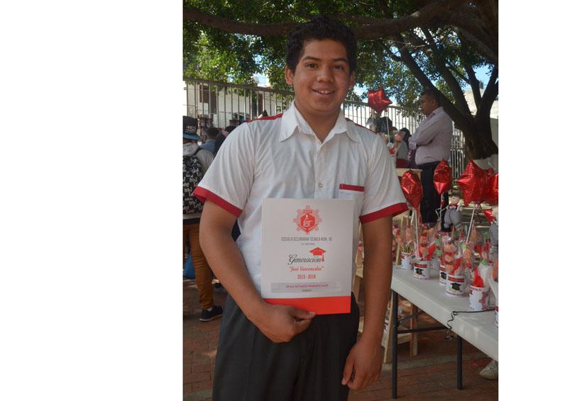 David Dávila concluye sus estudios de nivel secundaria | El Imparcial de Oaxaca