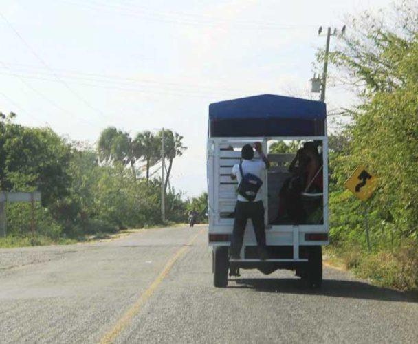 Uso de camionetas abiertas es un riesgo para usuarios en Oaxaca