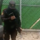 Video: Con su fusil en mano policía hace el #ChonaChallenge