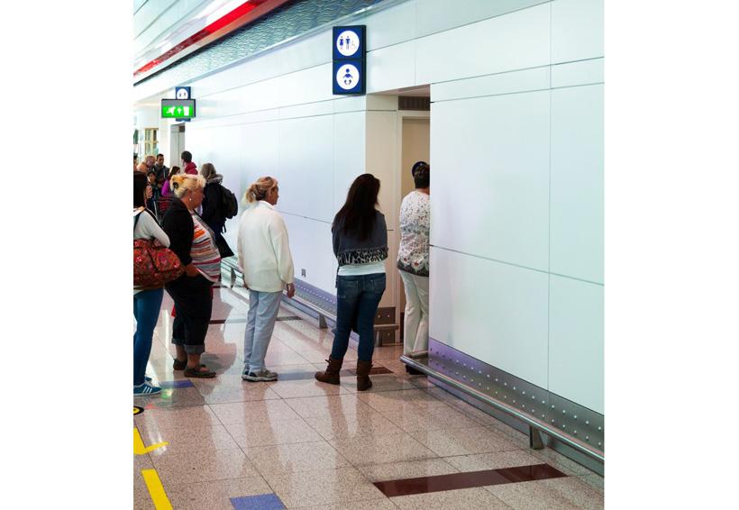 Una sola fila frente a las puertas del baño