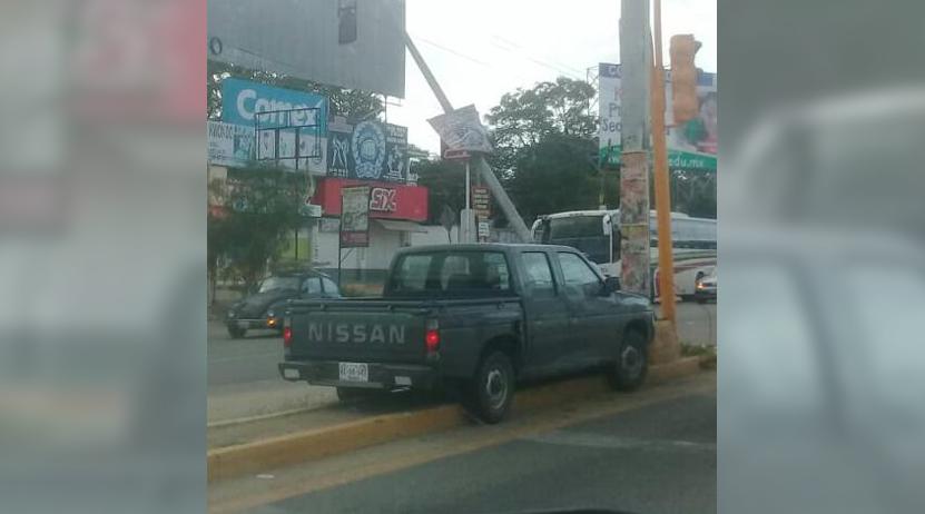 A borracho, 'se le atraviesa' un  poste en la 190, Oaxaca-México | El Imparcial de Oaxaca