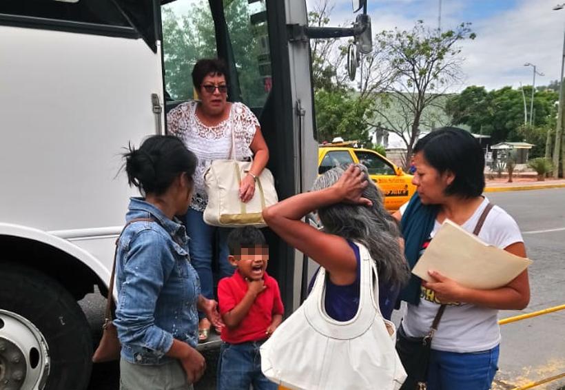 Imprudente chofer de urbano tira a mujer y a niño en Oaxaca