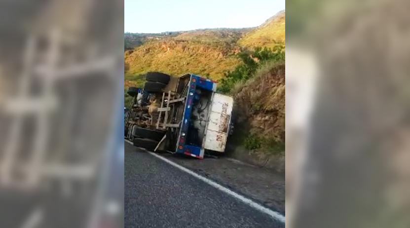 Vuelca pipa de gas LP en Huajupan, conductor la libra de milagro | El Imparcial de Oaxaca