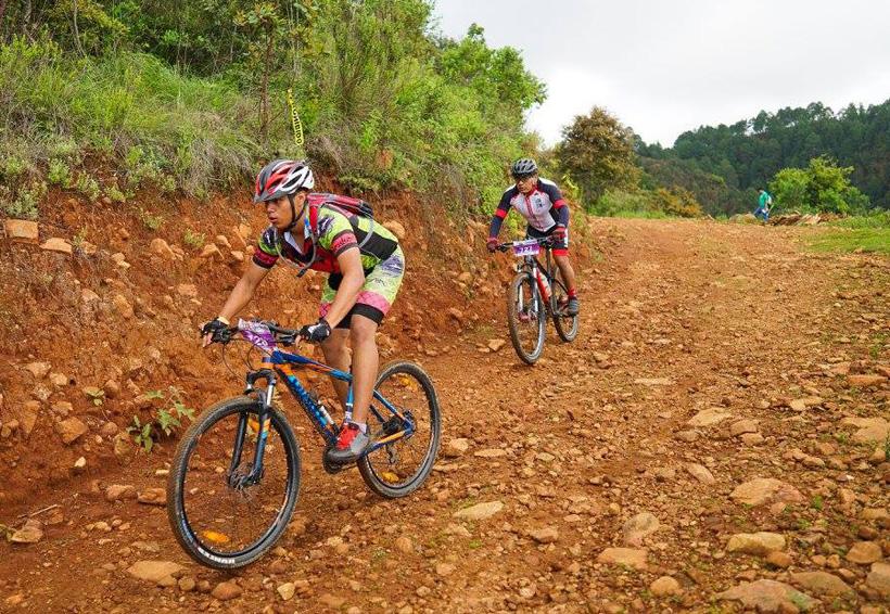 Ciclismo de montaña desafiante aventura