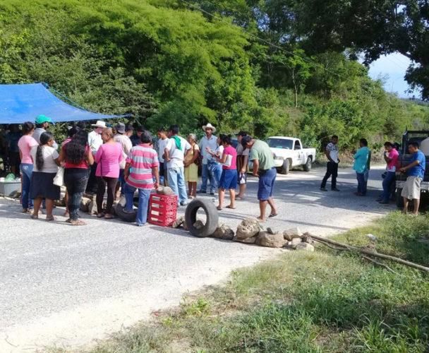 Pobladores de Pochutla bloquean libramiento