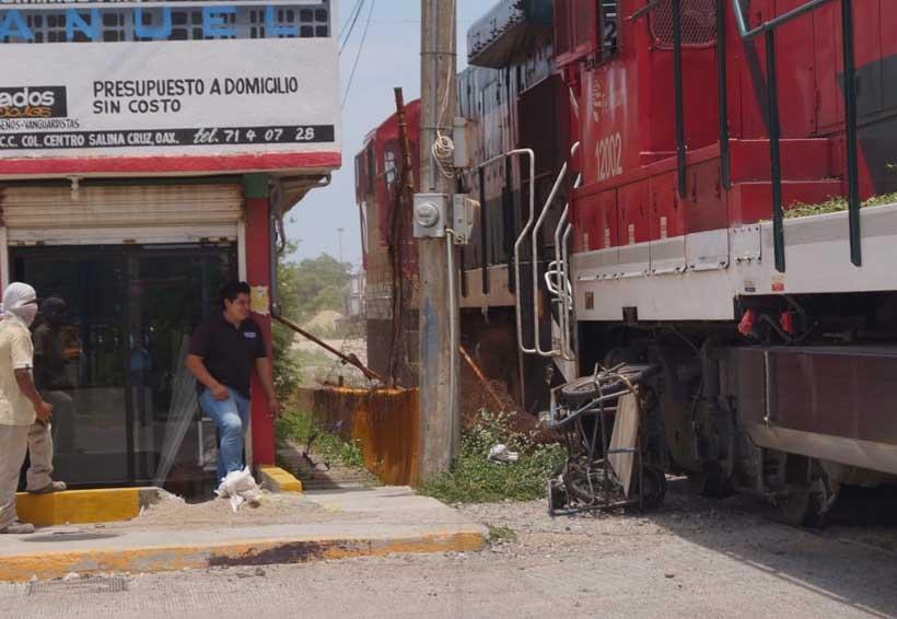 Riesgoso paso del tren por puerto de Salina Cruz, Oaxaca