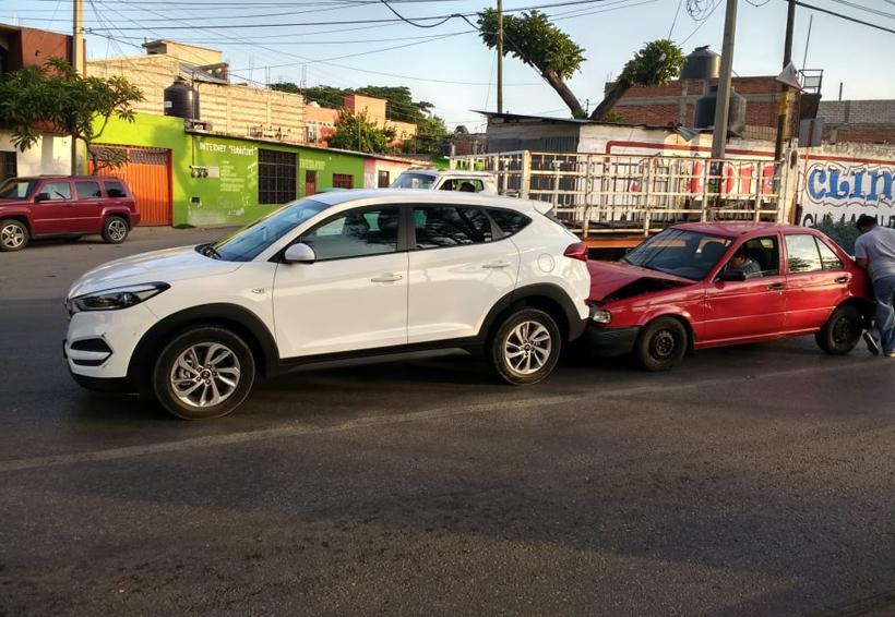 Choque en avenida Ferrocarril deja daños materiales