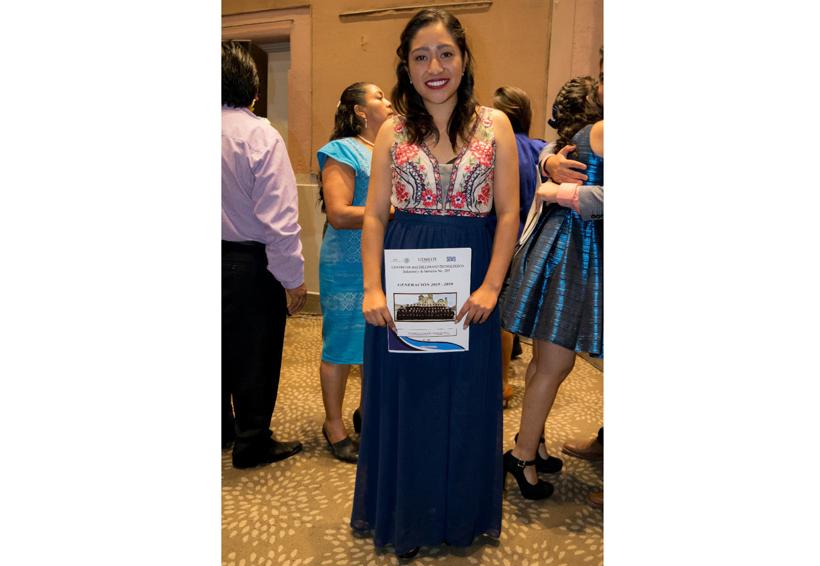 Alejandra concluyó sus estudios medio superior