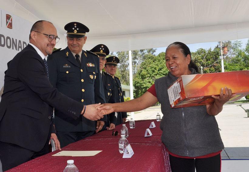 Con equipos de cómputo, apoyan a familiares de militares caídos | El Imparcial de Oaxaca
