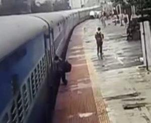 Video: Un tren arrastra a un joven a lo largo de un andén
