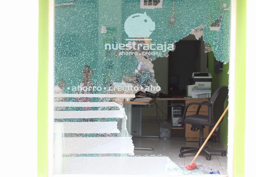 En Cuicatlán, dañan instalaciones  de una caja popular | El Imparcial de Oaxaca