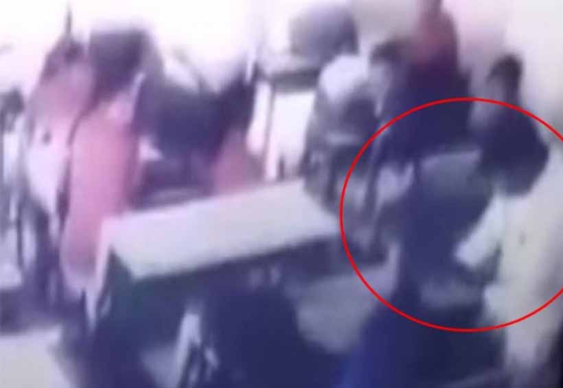 Video: Maestro golpea a niño hasta dejarlo inconsciente | El Imparcial de Oaxaca