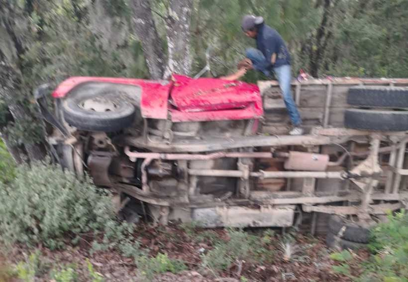 Vuelcan en carretera a Ixtlán