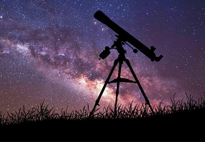 Telescopio con fondo estrellado