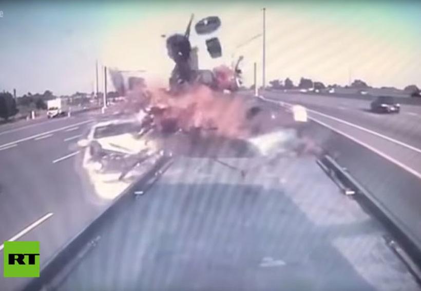 Video: Un automóvil choca a toda velocidad contra una camioneta averiada | El Imparcial de Oaxaca