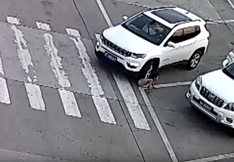 Video: Niña se agacha para atarse los cordones y un auto le pasa por encima | El Imparcial de Oaxaca