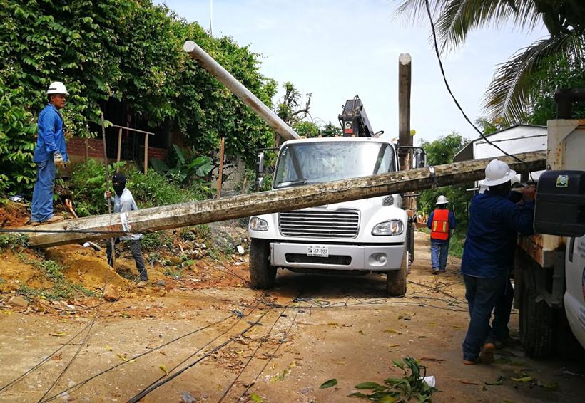 Caen tres postes de luz debido a lluvias en la Costa de Oaxaca
