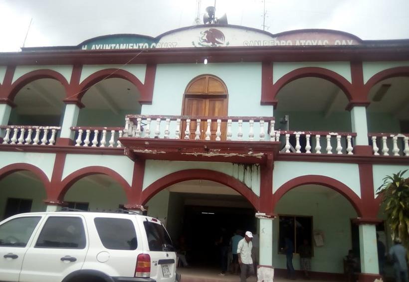 Ciudadanos retienen a funcionarios de Atoyac