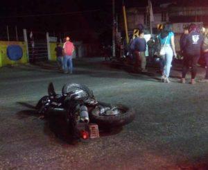 Embiste auto a motociclistas en Símbolos Patrios