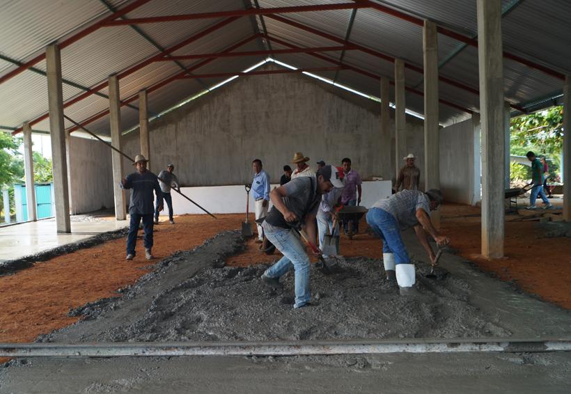 Construyen el piso de salón social con tequio | El Imparcial de Oaxaca